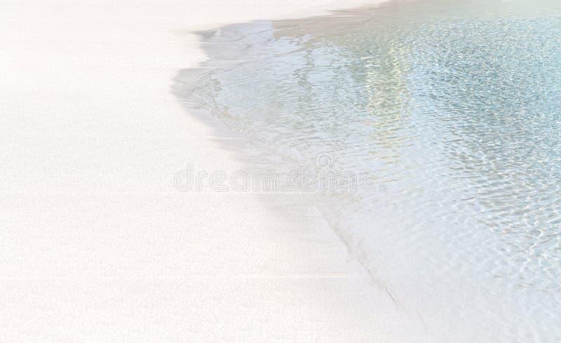 Ακτή της λίμνης κυμάτων έλξης Επιφάνεια της μπλε πισίνας, υπόβαθρο του νερού στην πισίνα Καλοκαίρι στοκ εικόνα