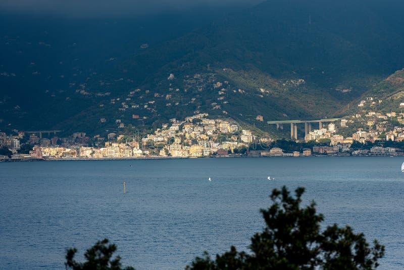 Ακτή της Λιγυρίας με την πόλη Zoagli - Γένοβα Ιταλία στοκ εικόνα