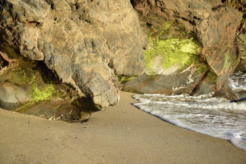 Ακτή της παραλίας φαραγγιών βαρκών στο Λαγκούνα Μπιτς, Καλιφόρνια στοκ εικόνες