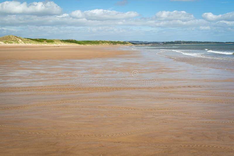 Ακτή της Northumberland - παραλία Warkworth, UK Μακροχρόνια τεντώματα του sa στοκ φωτογραφία με δικαίωμα ελεύθερης χρήσης