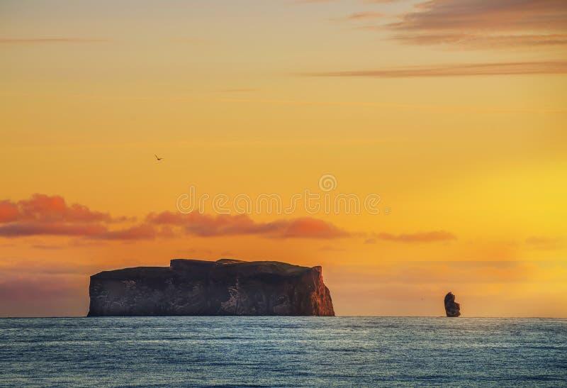 Ακτή του Ατλαντικού Ωκεανού στα ξημερώματα Το ομαλό νερό και οι καταπληκτικοί βράχοι στον ορίζοντα, το ευγενές ρόδινο φως αυγής ? στοκ εικόνα
