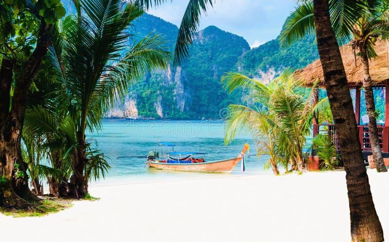 Ακτή του νησιού με τη μακριά βάρκα ουρών, Ταϊλάνδη στοκ εικόνες