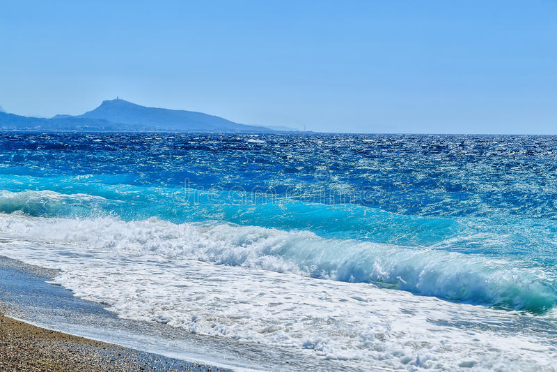 Ακτή του νησιού της Ρόδου από το Αιγαίο πέλαγος και την πόλη της Ρόδου στοκ εικόνα με δικαίωμα ελεύθερης χρήσης
