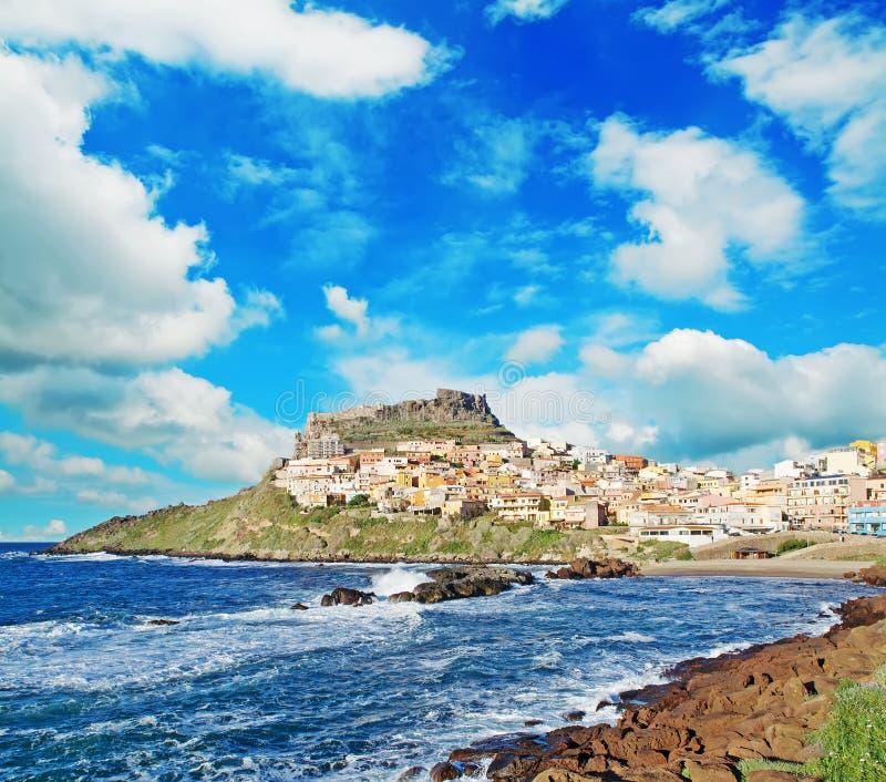 Ακτή Castelsardo κάτω από έναν φυσικό ουρανό στοκ εικόνες