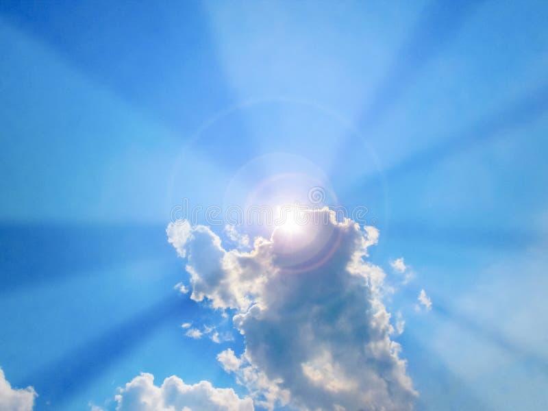 Ακτίνα ήλιων που βγαίνει από τα σύννεφα στη μεσημβρία στοκ εικόνες