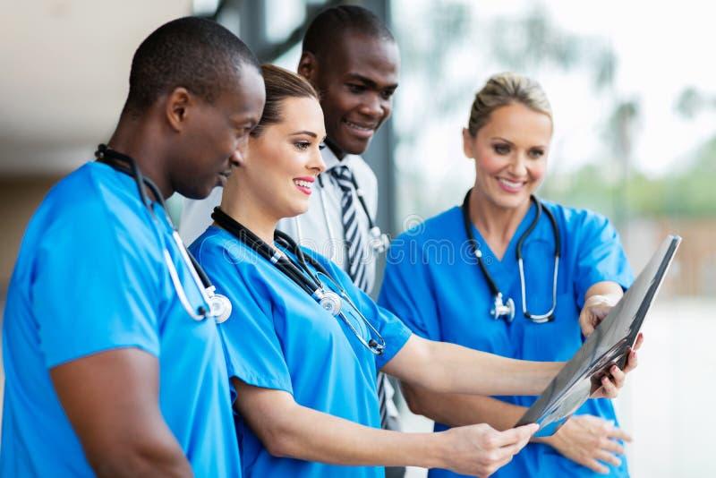 Ακτίνα X του ιατρικού ασθενή εργαζομένων στοκ φωτογραφία