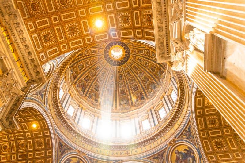 Ακτίνα του φωτός στο θόλο Εσωτερικό της βασιλικής Αγίου Peters, Βατικανό στη Ρώμη, Ιταλία στοκ φωτογραφίες με δικαίωμα ελεύθερης χρήσης