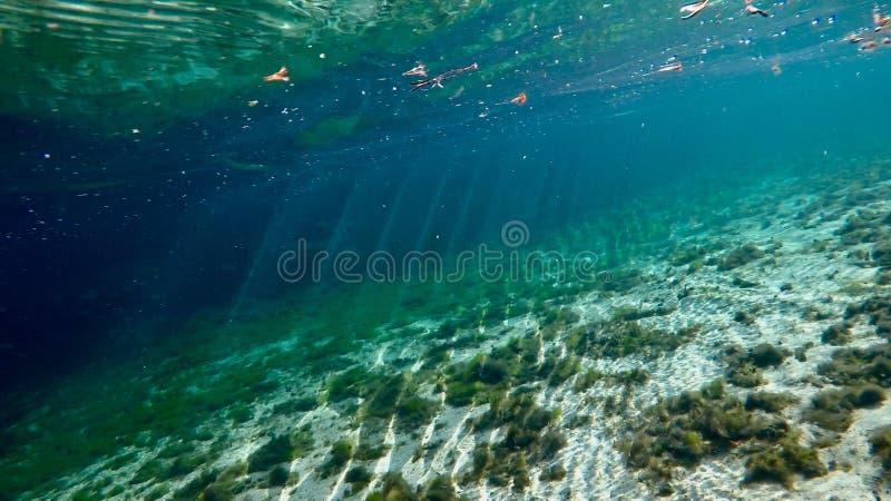 Ακτίνες ήλιων μέσω του νερού στοκ εικόνες με δικαίωμα ελεύθερης χρήσης