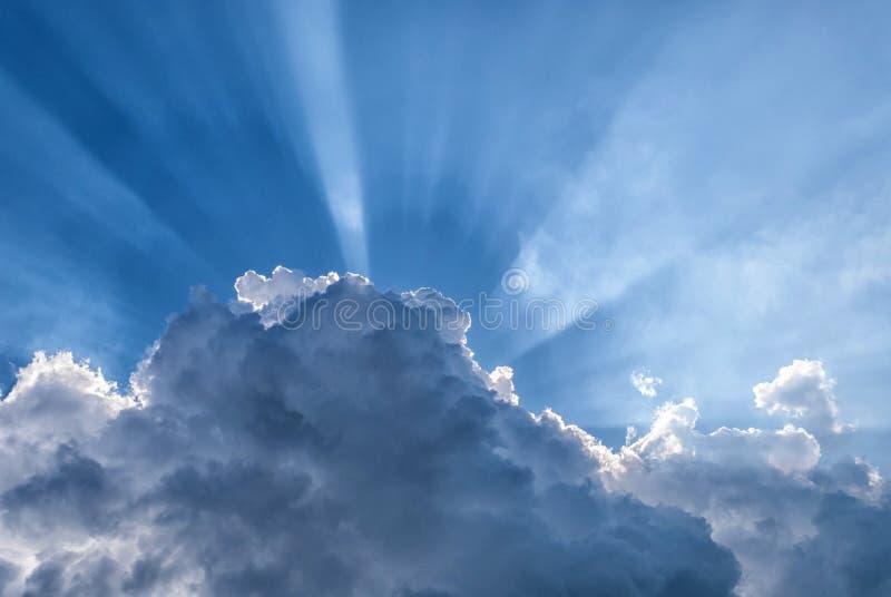 Ακτίνες ήλιων μέσω των σύννεφων στοκ εικόνα
