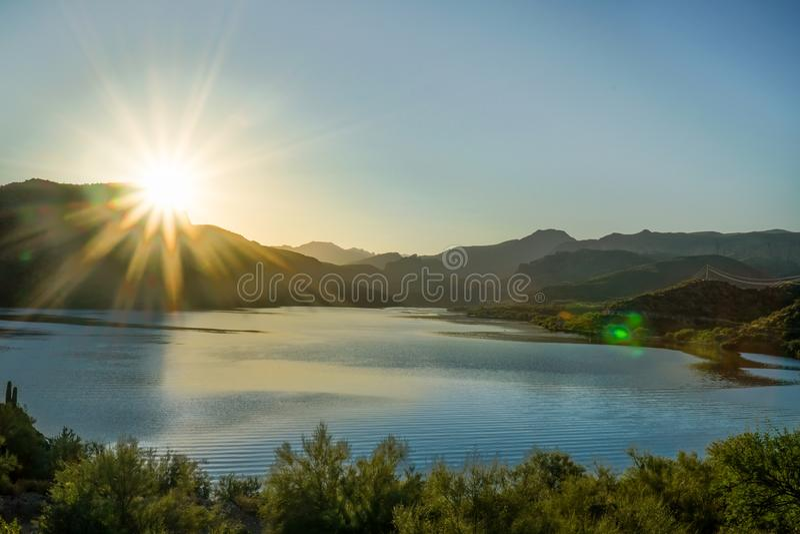 Ακτίνες ήλιων πέρα από μια λίμνη στην Αριζόνα στοκ εικόνα με δικαίωμα ελεύθερης χρήσης