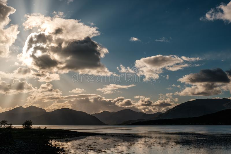 Ακτίνες ήλιων που φιλτράρουν μέσω των σύννεφων πέρα από τη λίμνη Linnhe στη Σκωτία στοκ εικόνα