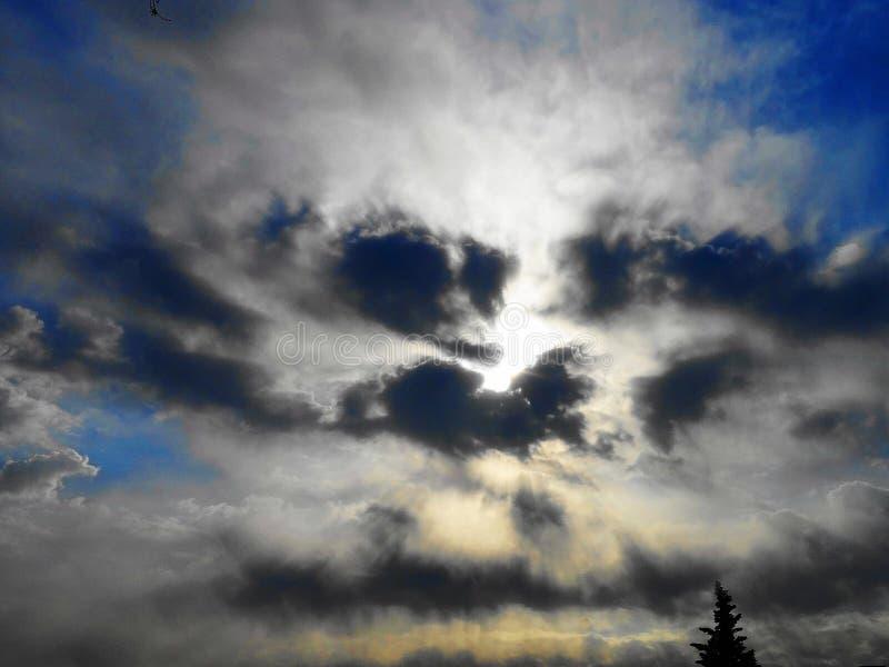 Ακτίνες και σύννεφο ήλιων στοκ φωτογραφίες