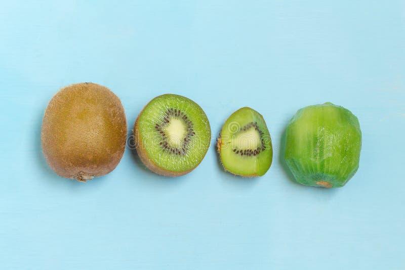 Ακτινίδιο Τεμαχισμένος μισός φρέσκος φρούτα στο παλαιό ξύλινο μπλε στοκ εικόνες