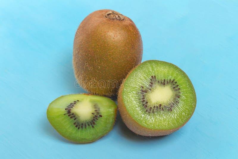 Ακτινίδιο Τεμαχισμένος μισός φρέσκος φρούτα στο παλαιό ξύλινο μπλε στοκ εικόνα με δικαίωμα ελεύθερης χρήσης