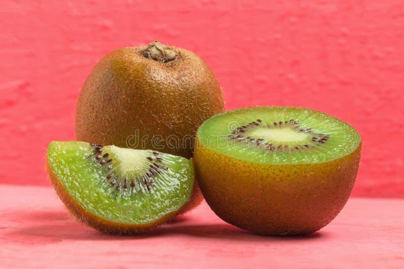 Ακτινίδιο Τεμαχισμένος μισός φρέσκος φρούτα στο παλαιό ξύλινο ροζ στοκ φωτογραφία με δικαίωμα ελεύθερης χρήσης