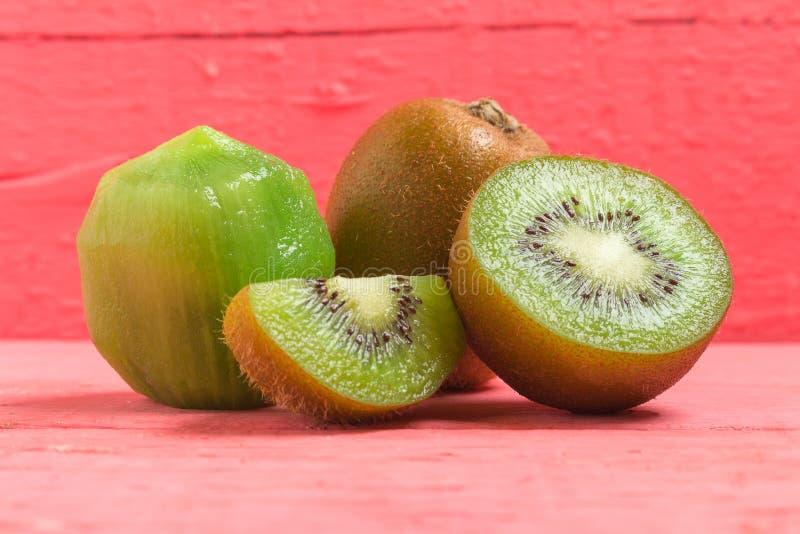 Ακτινίδιο Τεμαχισμένος μισός φρέσκος φρούτα στο παλαιό ξύλινο ροζ στοκ εικόνες με δικαίωμα ελεύθερης χρήσης