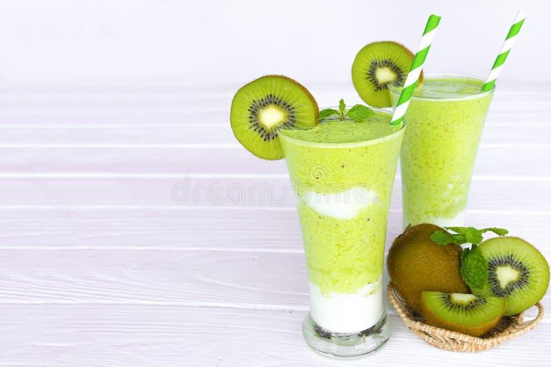 Ακτινίδιων γιαουρτιού χυμού υγιές εύγευστο ποτό γούστου ποτών καταφερτζήδων πράσινο στοκ εικόνες