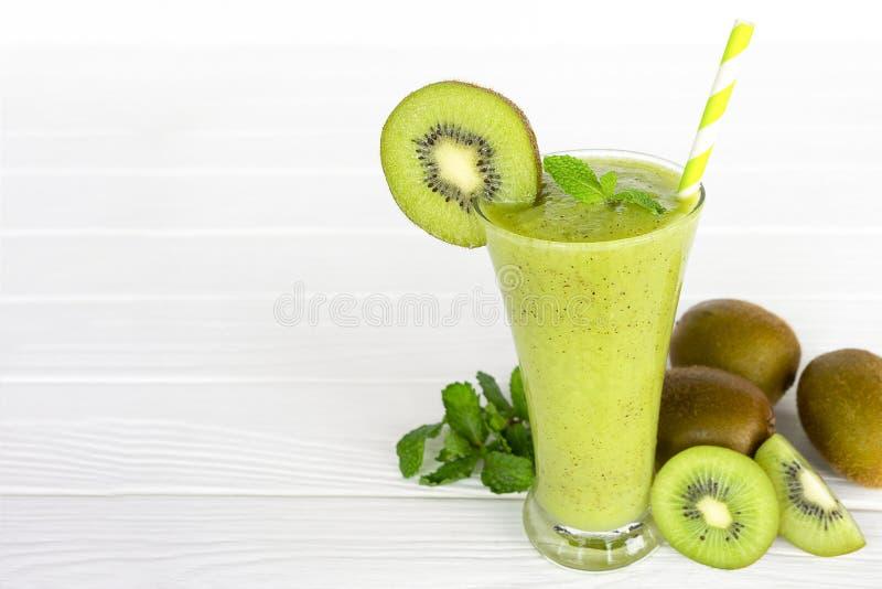 Ακτινίδιων γιαουρτιού χυμού υγιές εύγευστο ποτό γούστου ποτών καταφερτζήδων πράσινο στοκ εικόνα