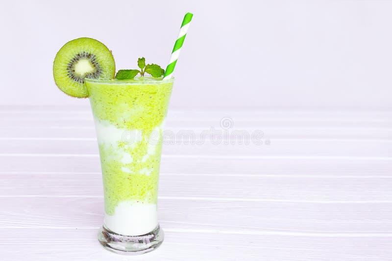 Ακτινίδιων γιαουρτιού χυμού υγιές εύγευστο ποτό γούστου ποτών καταφερτζήδων πράσινο στοκ φωτογραφίες