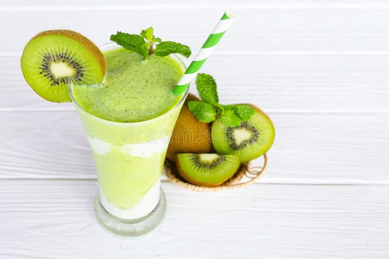 Ακτινίδιων γιαουρτιού χυμού υγιές εύγευστο ποτό γούστου ποτών καταφερτζήδων πράσινο στοκ φωτογραφία με δικαίωμα ελεύθερης χρήσης