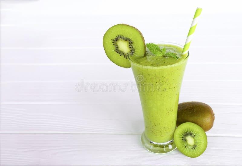 Ακτινίδιων μήλων γιαουρτιού χυμού εύγευστο ποτό γούστου ποτών καταφερτζήδων υγιές πράσινο στοκ φωτογραφίες