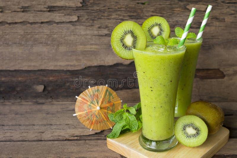 Ακτινίδιων μήλων γιαουρτιού χυμού εύγευστο ποτό γούστου ποτών καταφερτζήδων υγιές πράσινο στοκ εικόνα με δικαίωμα ελεύθερης χρήσης