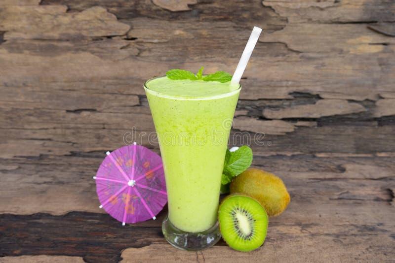 Ακτινίδιων μήλων γιαουρτιού χυμού εύγευστο ποτό γούστου ποτών καταφερτζήδων υγιές πράσινο στοκ φωτογραφία με δικαίωμα ελεύθερης χρήσης