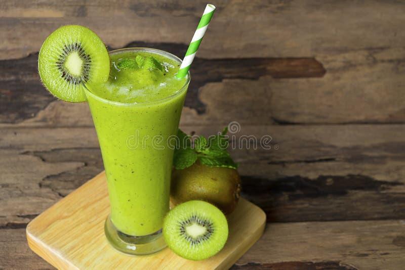 Ακτινίδιων μήλων γιαουρτιού χυμού εύγευστο ποτό γούστου ποτών καταφερτζήδων υγιές πράσινο στοκ εικόνες