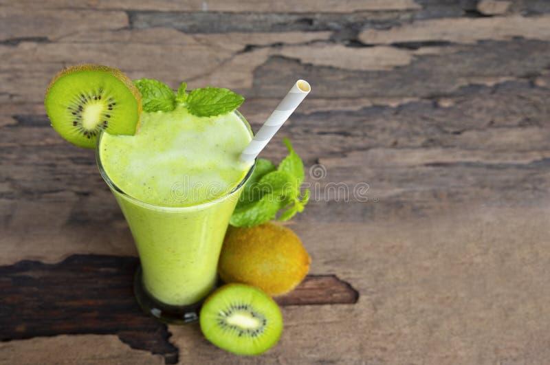 Ακτινίδιων μήλων γιαουρτιού χυμού καταφερτζήδων υγιές πράσινο ποτών καλοκαίρι ποτών γούστου εύγευστο στοκ εικόνες