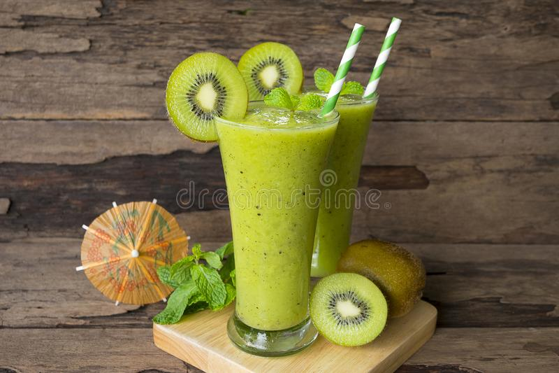 Ακτινίδιων μήλων γιαουρτιού χυμού καταφερτζήδων υγιές πράσινο ποτών καλοκαίρι ποτών γούστου εύγευστο στοκ φωτογραφίες με δικαίωμα ελεύθερης χρήσης