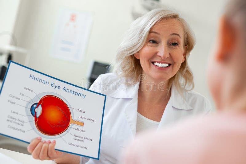 Ακτινοβολία της όμορφης γυναίκας με το φωτεινό χαμόγελο που παρουσιάζει την εικόνα στοκ εικόνες