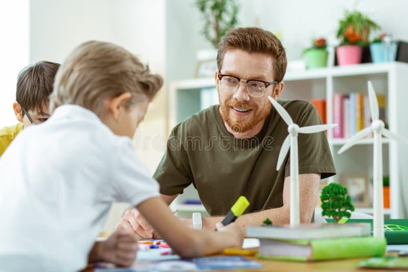 Ακτινοβολώντας άτομο πιπεροριζών που εργάζεται ως στοιχειώδης δάσκαλος σχολείου στοκ εικόνα