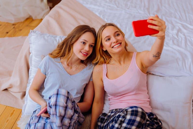 Ακτινοβολώντας αδελφή με τη δερματοστιξία σε ετοιμότητα της που κάνει selfie με την αδελφή στοκ εικόνες με δικαίωμα ελεύθερης χρήσης