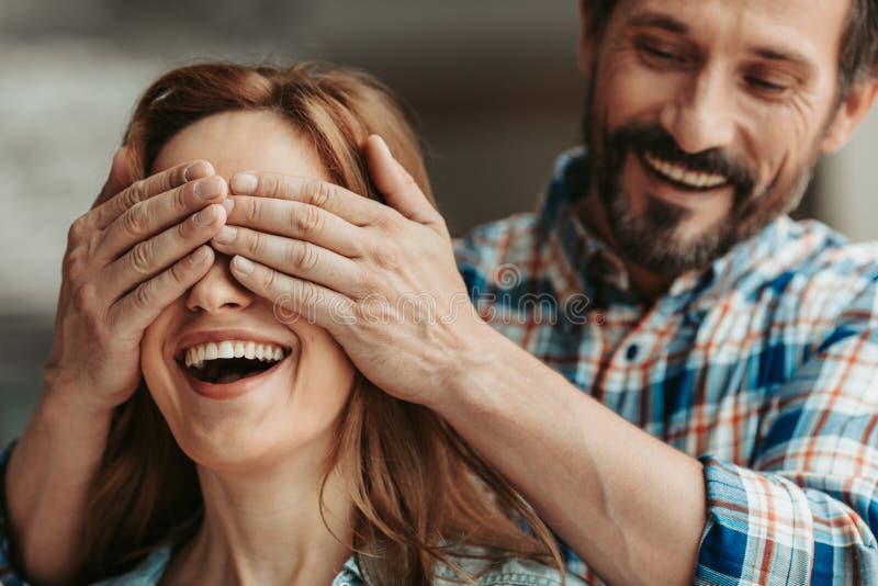 Ακτινοβολώντας αρσενικό που καλύπτει τα μάτια κοριτσιών στοκ φωτογραφίες με δικαίωμα ελεύθερης χρήσης