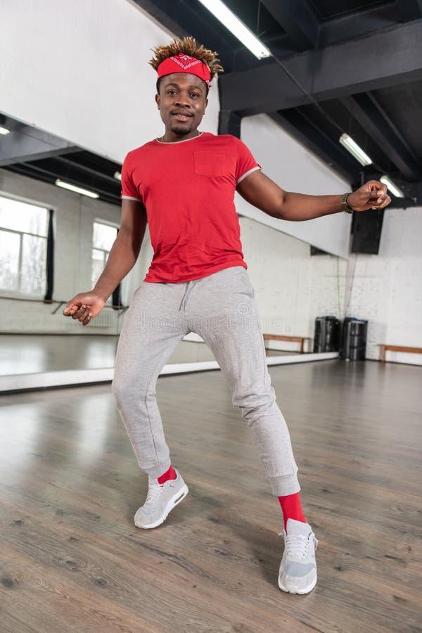 Ακτινοβολώντας το με κοντά μαλλιά τύπο αφροαμερικάνων που είναι επαγγελματικός χορογράφος στοκ εικόνα με δικαίωμα ελεύθερης χρήσης