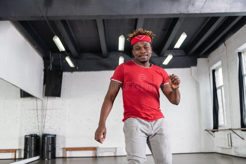 Ακτινοβολώντας το με κοντά μαλλιά τύπο αφροαμερικάνων που κινείται γύρω στοκ φωτογραφία
