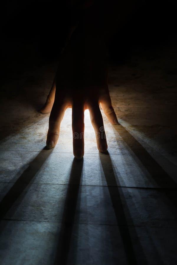 ακτινοβολεί τις ακτίνες του φωτός λάμπει μέσω της σκιαγραφίας του χεριού στοκ φωτογραφία με δικαίωμα ελεύθερης χρήσης