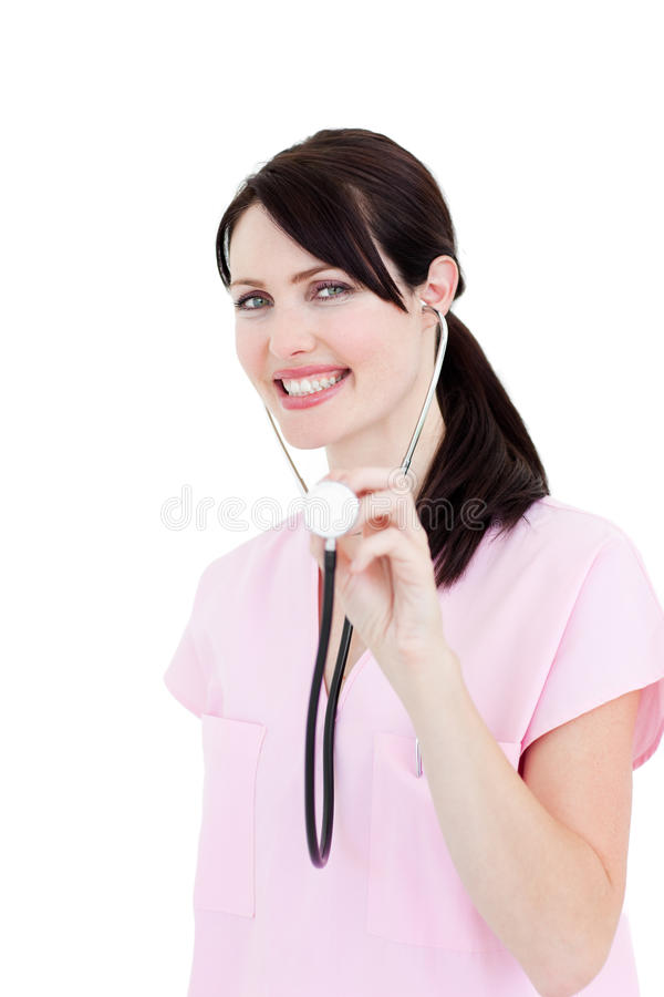Ακτινοβόλος θηλυκός γιατρός που εμφανίζει ένα στηθοσκόπιο στοκ φωτογραφίες