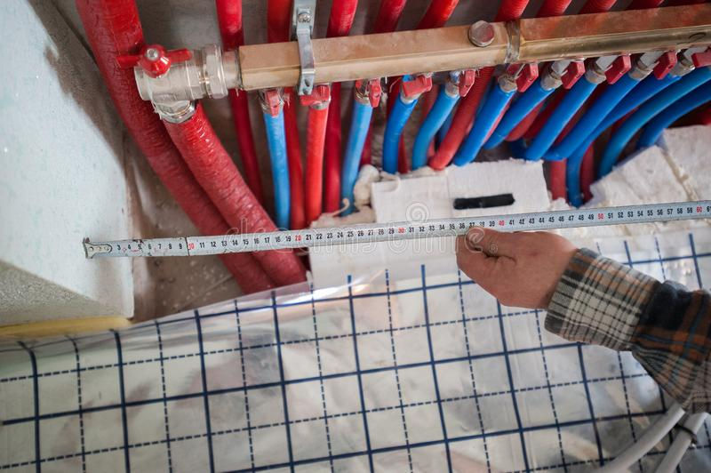 Ακτινοβόλο σύστημα θέρμανσης εγκατάστασης θέρμανσης πατωμάτων Το άτομο εγκαθιστά την underfloor κατασκευή πατωμάτων θέρμανσης νερ στοκ φωτογραφία με δικαίωμα ελεύθερης χρήσης