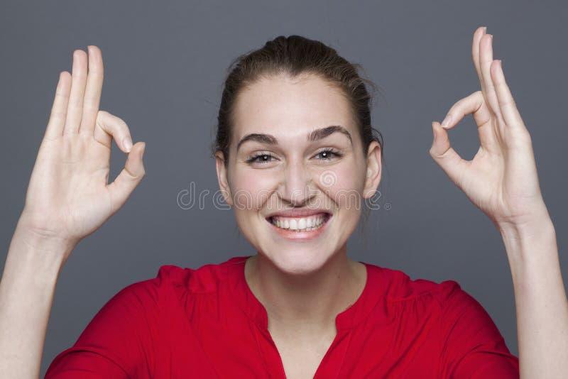 Ακτινοβόλος έννοια έγκρισης για το συγκλονισμένο χαμόγελο κοριτσιών της δεκαετίας του '20 στοκ εικόνες