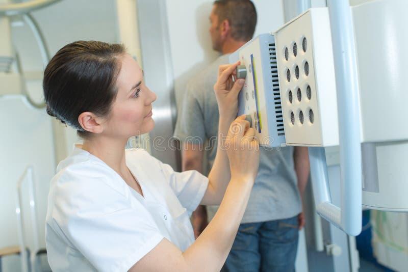Ακτινολόγοι που θέτουν την των ακτίνων X ρύθμιση μηχανών στοκ φωτογραφίες
