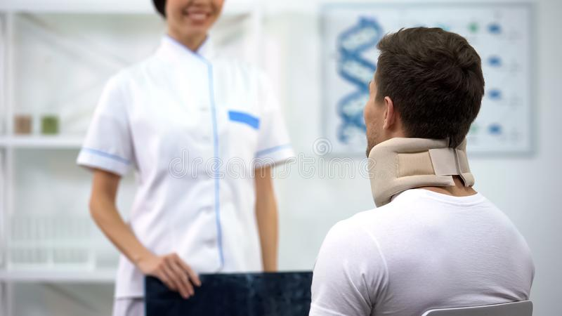 Ακτινολόγος που ενημερώνει τον ασθενή αφρού στο αυχενικό αποτέλεσμα εξέτασης περιλαίμιων καλό στοκ εικόνα