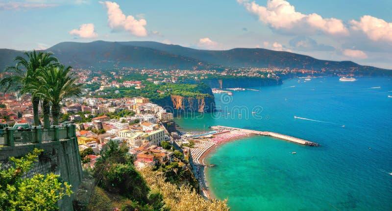 Ακτογραμμή με θέα τον κόλπο και την πόλη του Σορέντο Ακτή Αμάλφι, Καμπανία, Ιταλία στοκ φωτογραφίες