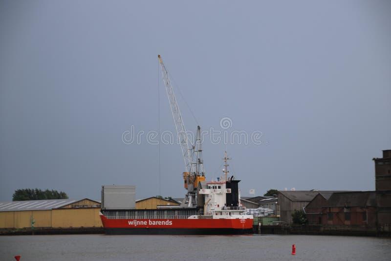 Ακτοφύλακας κυρία Isabel στον ποταμό Hollandsche IJssel για να ξεφορτώσει το ξύλο στην αποβάθρα να πριονίσει plat Heuvelman στο κ στοκ εικόνες