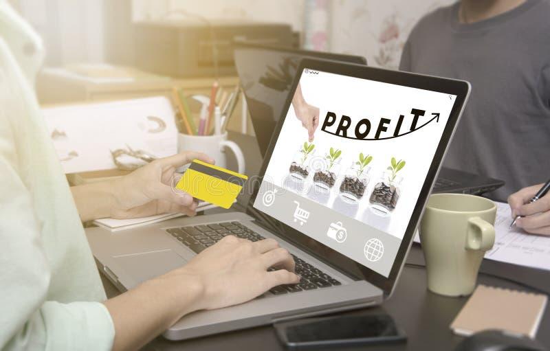 δακτυλογράφηση επιχειρησιακών χεριών στο πληκτρολόγιο lap-top με την αρχική σελίδα κέρδους στοκ φωτογραφία