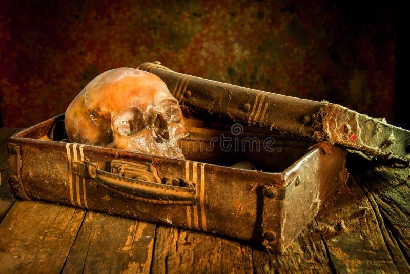 Ακόμα ζωή με ένα ανθρώπινο κρανίο με το παλαιό στήθος και το χρυσό θησαυρών, το διαμάντι και το κόσμημα στοκ φωτογραφία