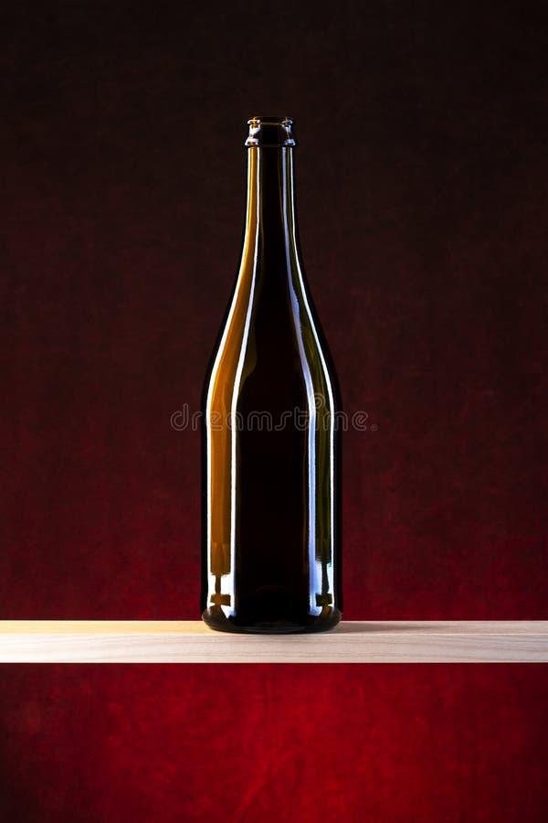Ακόμα ζωή με ένα μπουκάλι γυαλιού σε ένα ξύλινο ράφι στοκ φωτογραφία με δικαίωμα ελεύθερης χρήσης