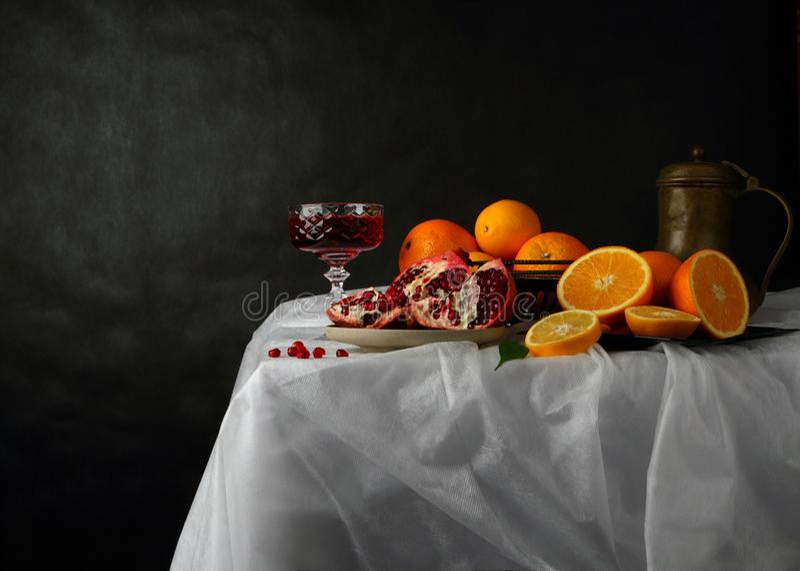 Ακόμα ζωή με ένα ποτήρι του κρασιού, της κανάτας και των φρούτων σε ένα σκοτεινό υπόβαθρο στοκ εικόνα με δικαίωμα ελεύθερης χρήσης