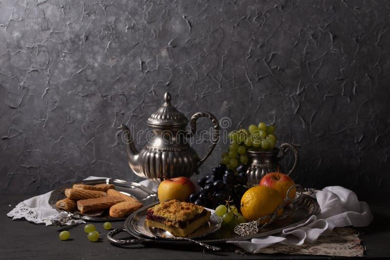 Ακόμα ζωή με τα εκλεκτής ποιότητας στοιχεία, τα φρούτα και τα γλυκά στοκ εικόνες με δικαίωμα ελεύθερης χρήσης