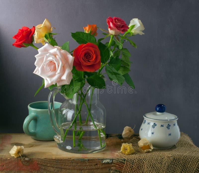 Ακόμα ζωή με τα ζωηρόχρωμα τριαντάφυλλα και τα physalis στοκ φωτογραφίες